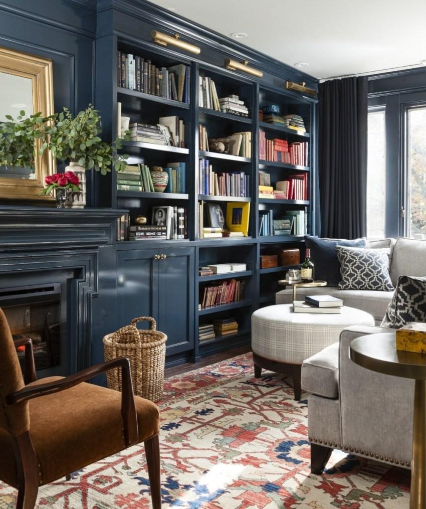 Органично в гостиной классического стиля выглядят книги, помещенные в шкаф из массива дерева, или же подобный ему стеллаж