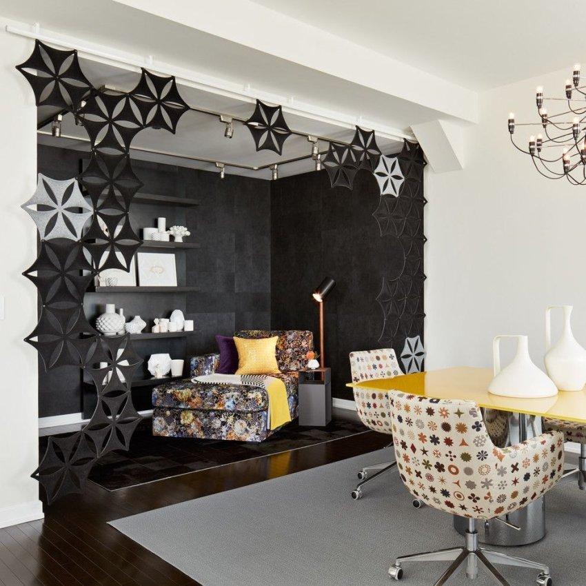 Стены окрашенные или оклеенные обоями – наиболее частый вариант отделки вертикальных поверхностей гостиной