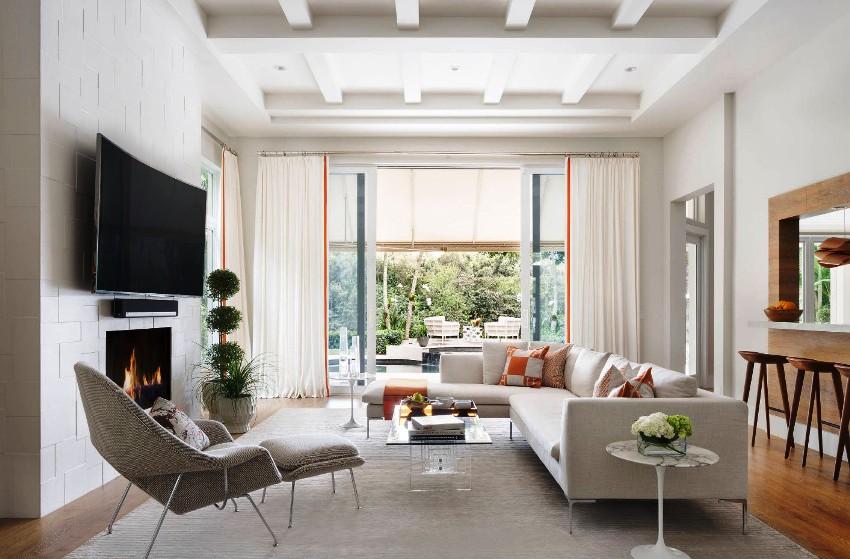 Использование потолочных балок в рамках современной гостиной позволяет привнести нотки сельской жизни в прогрессивный интерьер