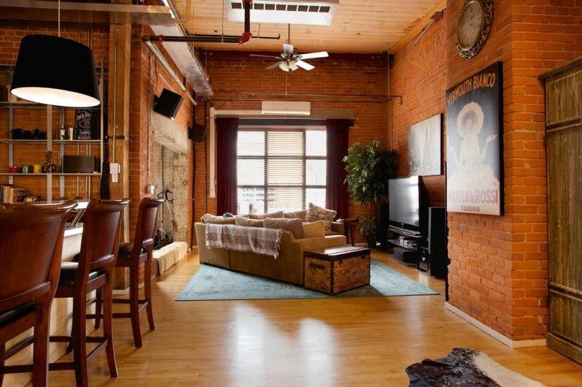 В качестве напольного покрытия для гостиной популярен недорогой и практичный ламинат