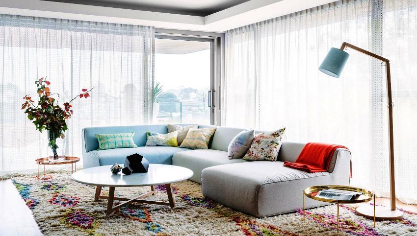 В современной гостиной чаще всего используются диваны как цельные или модульные конструкции, которые позволяют обеспечить максимальное количество сидячих мест