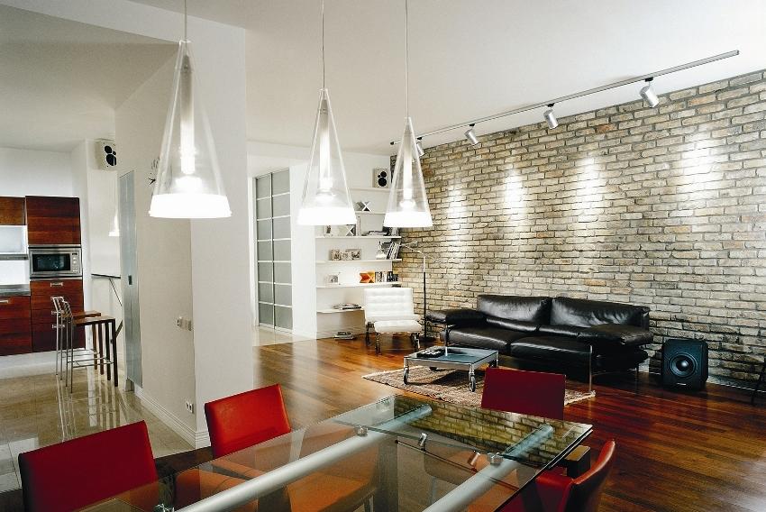 Как правило, в современной гостиной осветительных приборов должно быть много