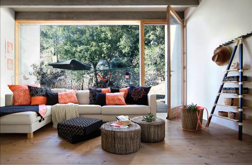Яркие диванные подушки не просто разнообразят цветовую палитру интерьера, но и помогают с комфортом расположиться в зоне отдыха