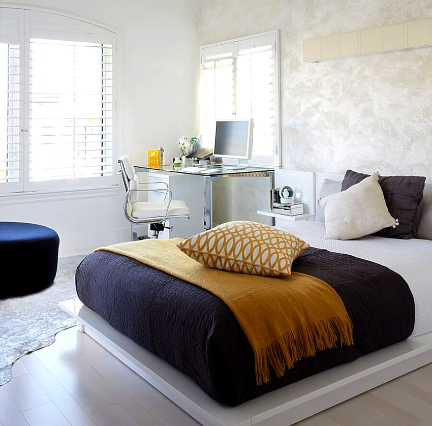 Для экономии места рабочую зону можно разместить в спальне