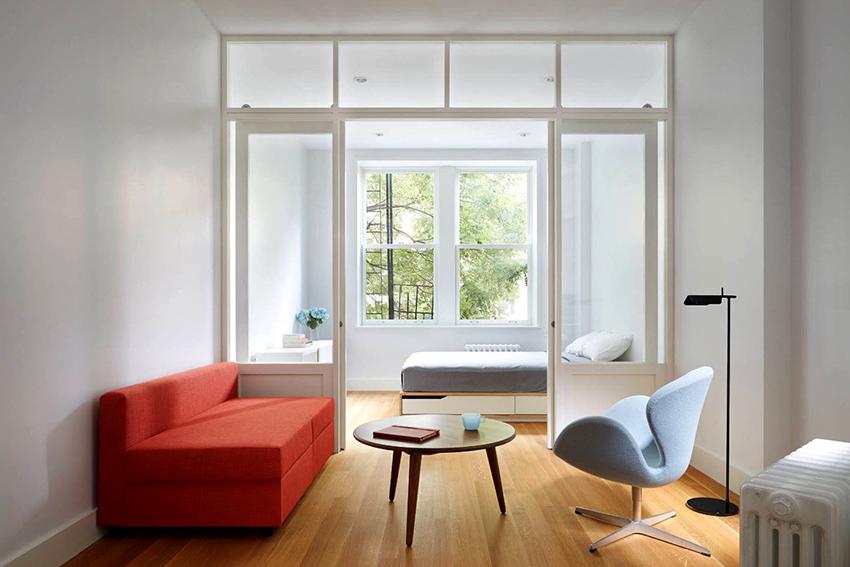 Подбирая мебель для маленького помещения стоит отдать предпочтение только самым необходимым элементам интерьера