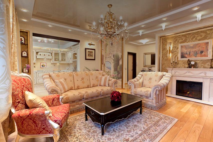 Для гостиной с натяжным потолком лучше выбирать люстры с большим количеством слабых лампочек