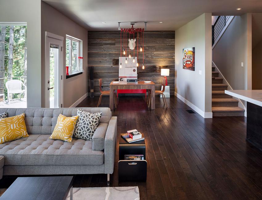 Хорошим решением для расширения полезного пространства небольшого зала является его объединение со смежными помещениями