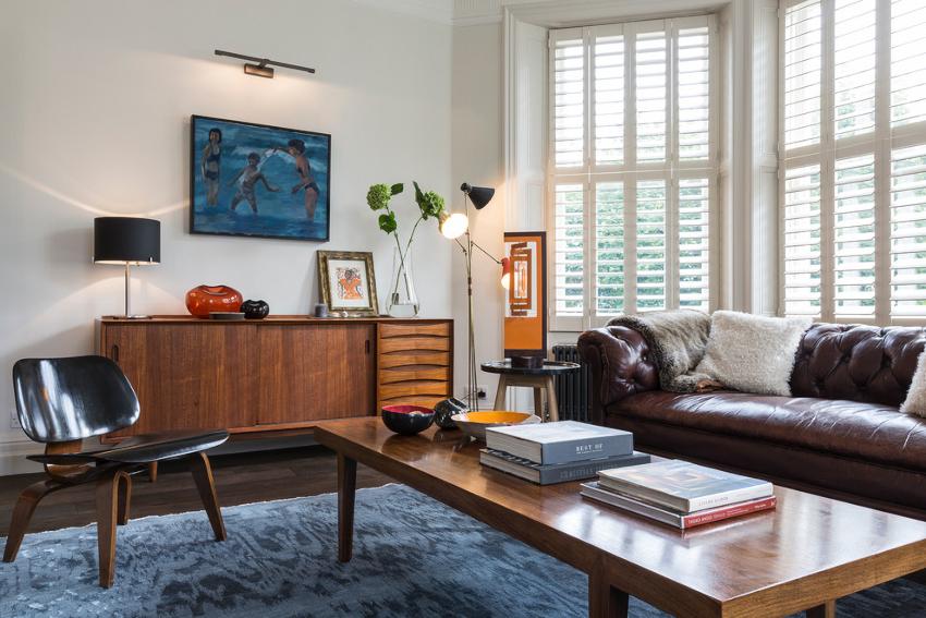 Светлые стены и потолок в контрасте с темным полом визуально сделают помещение больше