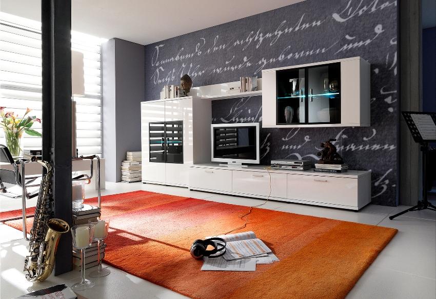 Стенки-горки приобрели популярность за счёт большого количества удобных полок и шкафчиков для хранения нужных вещей