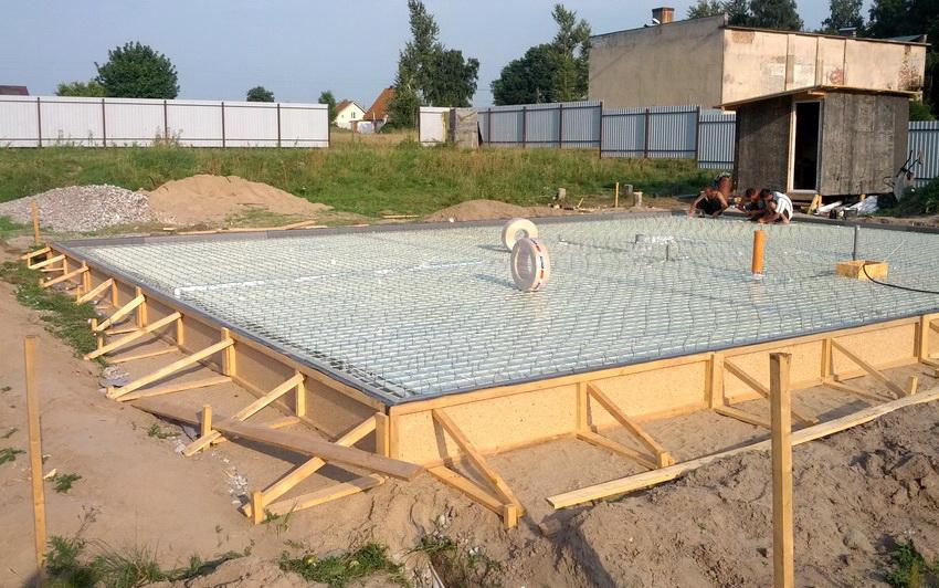 Монолитный фундамент представляет собой цельную конструкцию, благодаря чему дом обеспечивается устойчивым основанием