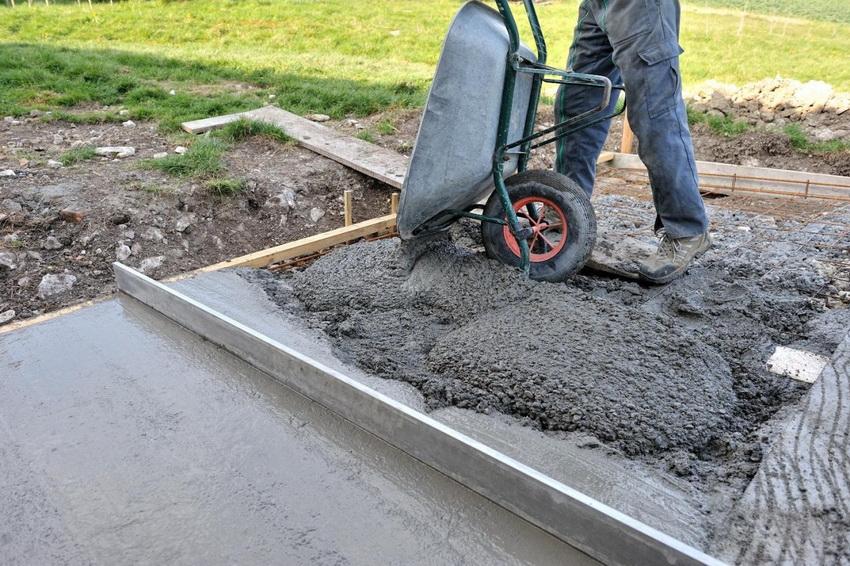 Заливку фундаментной плиты песчано-бетонной смесью осуществляют поэтапно