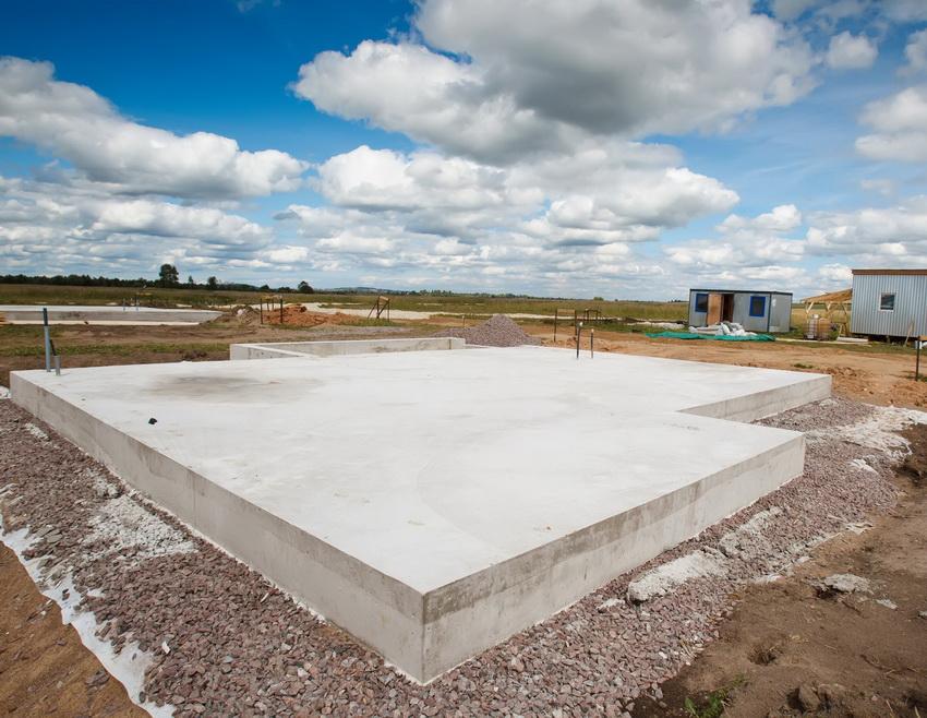 Монолитная плита фундамента - идеальное решение, если дом строится на зыбком грунте или глине