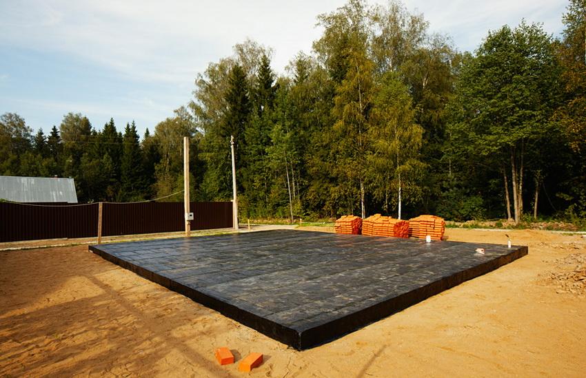 Полностью закрытая гидроизоляцией плита фундамента