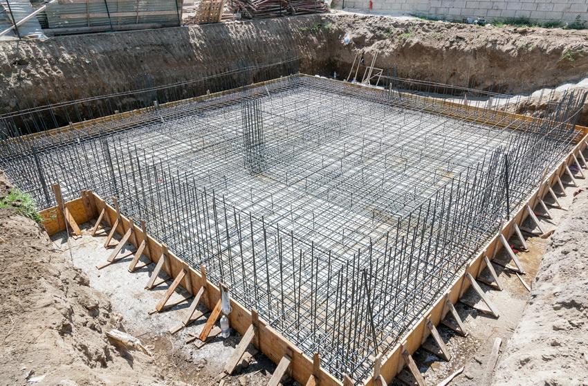 Армирование монолитного фундамента - обязательное условия, которое позволяет повысить сопротивление конструкции внешним воздействиям