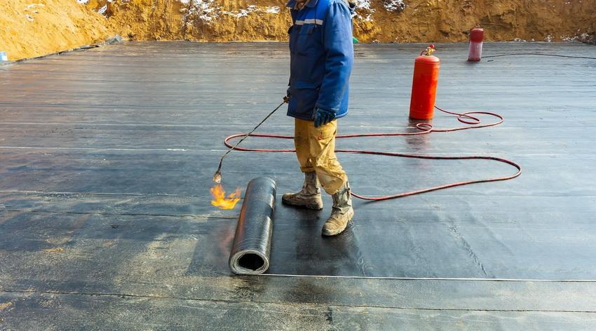 Для гидроизоляции фундамента часто применяется битумное покрытие