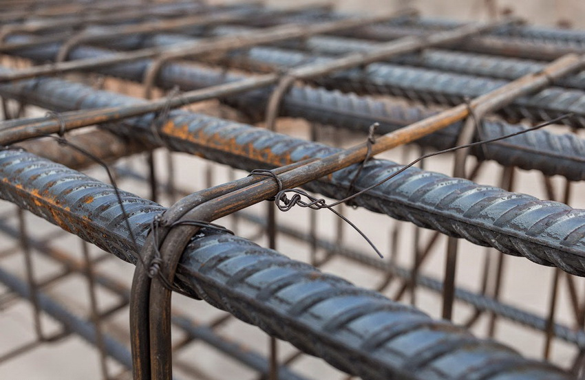 Для сборки армирующего каркаса необходимо подбирать прутья нужного размера - в таком случае фундамент будет иметь достаточную жесткость