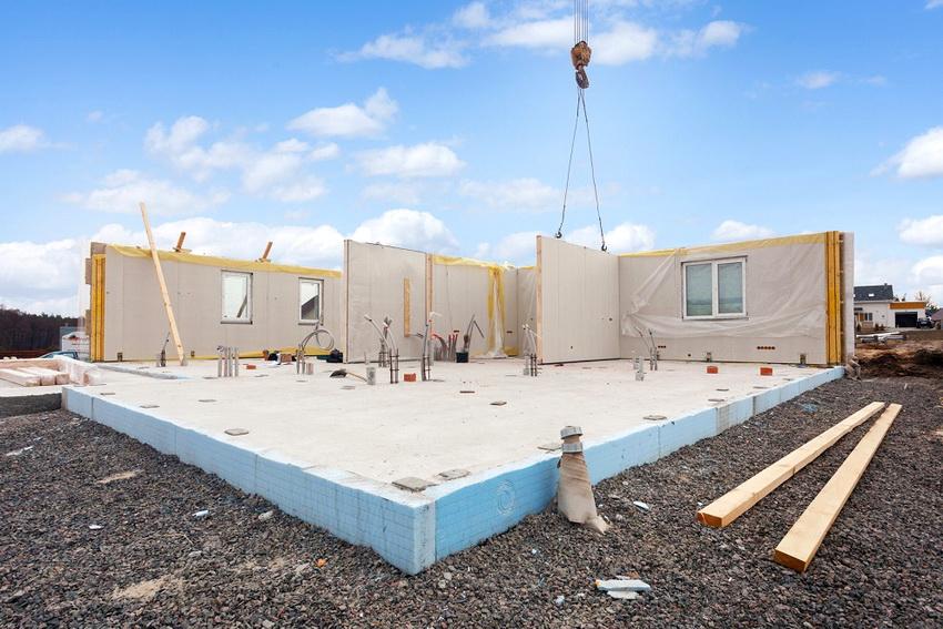 Конструктивные особенности монолитного фундамента позволяют гарантировать прочность и устойчивость постройки вне зависимости от типа грунта