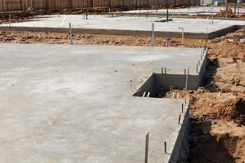 Монолитная конструкция фундамента позволяет равномерно распределить несущую нагрузку постройки