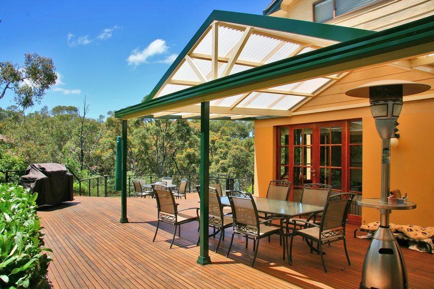 Примыкающий к дому навес с двускатной крышей