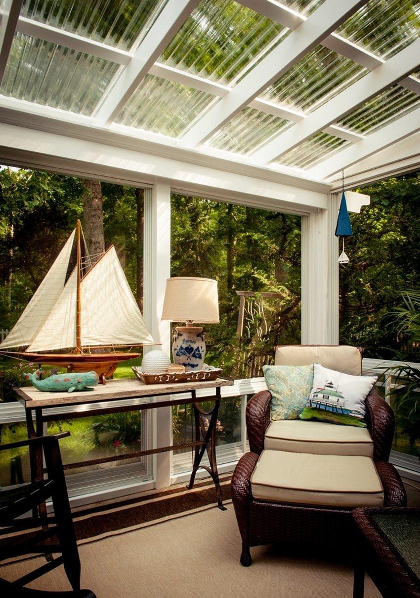 Под навесом из поликарбоната можно разместить мягкую мебель, создав уютную зону отдыха