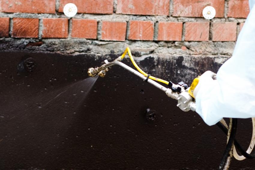 Покрытие цоколя полимерными материалами позволяет создать качественный слой гидроизоляции, но при условии наличия эффективного дренажа участка