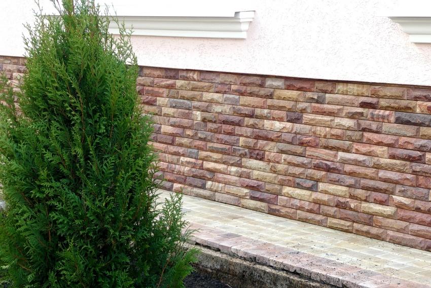 Искусственным камень для отделки цоколя не уступает натуральному, поэтому данный тип покрытия не требует периодического ремонта