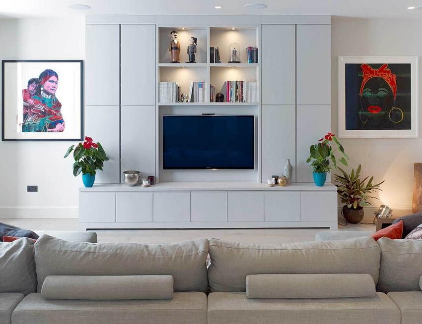 Наличие стенки в гостиной делает ее уютнее и подчеркивает стиль интерьера
