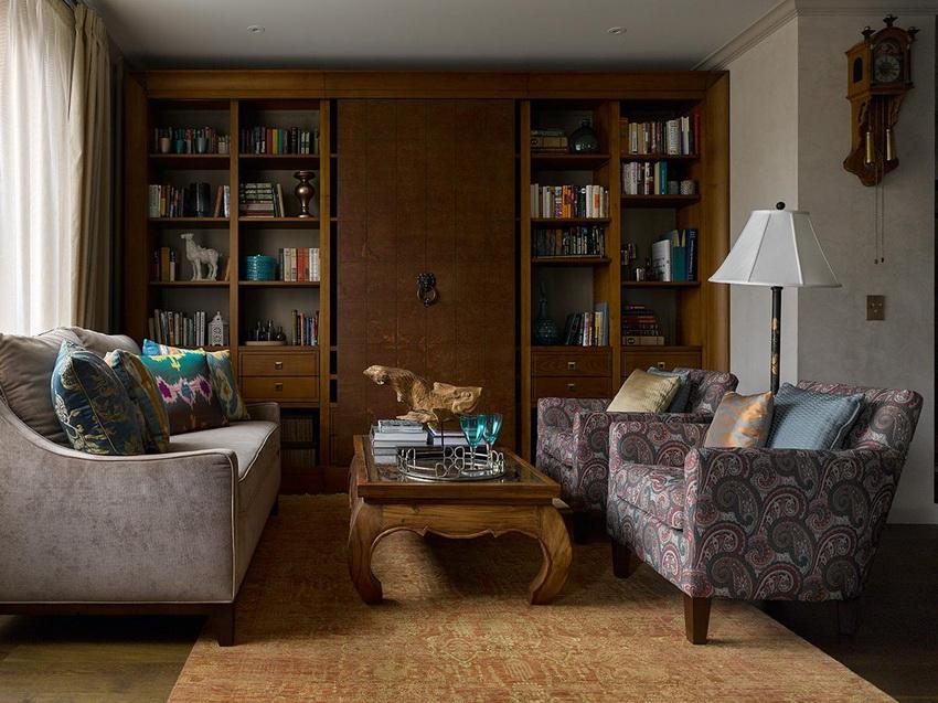 Стенка с платяным шкафом подходит для гостиной, которая используется как спальня