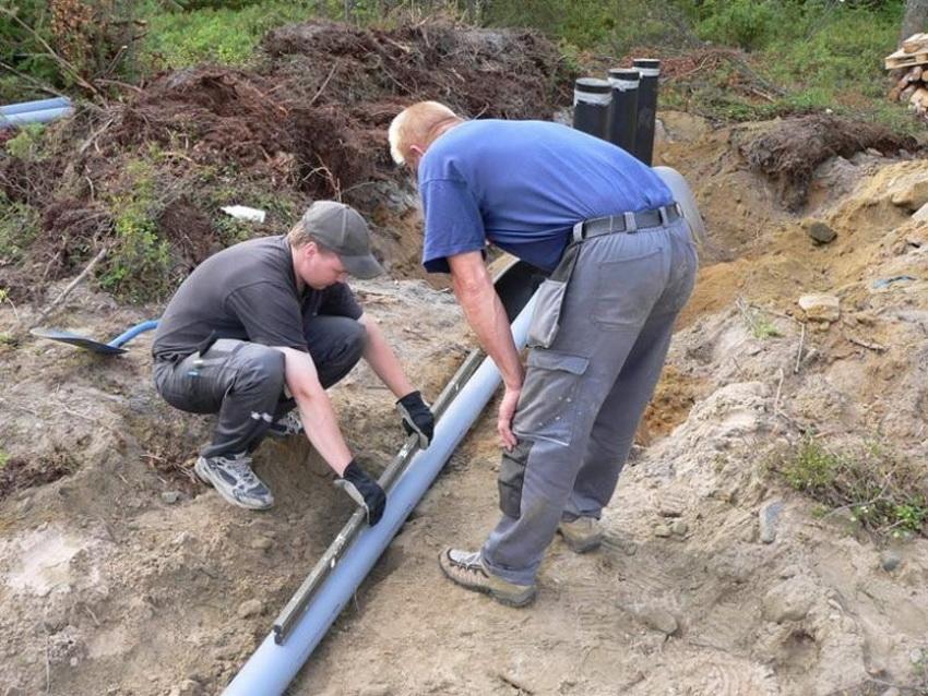 Измерение наклона труб при прокладке канализации выполняется с помощью строительного уровня