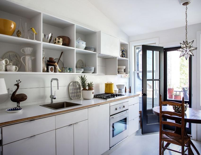 Открытые шкафы обеспечивают быстрый и удобный доступ к кухонной утвари