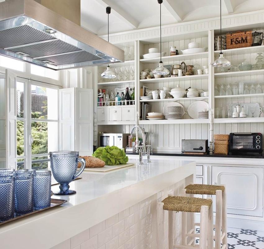 Кухонные буфеты имеют обычно две части - верхнюю (с открытыми полками) и нижнюю (с глухими дверцами)