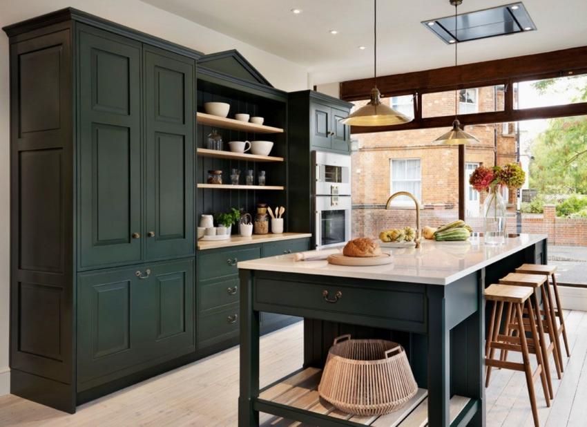 Современные пеналы для кухни напоминают обычный платяной шкаф от пола до потолка