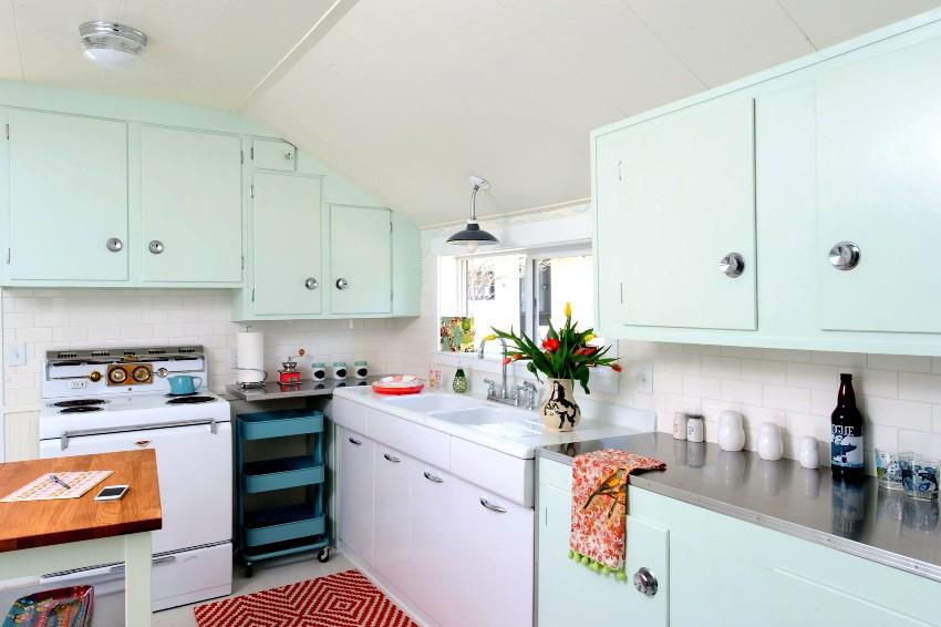 Навесные модули - самый популярный тип шкафов для хранения посуды