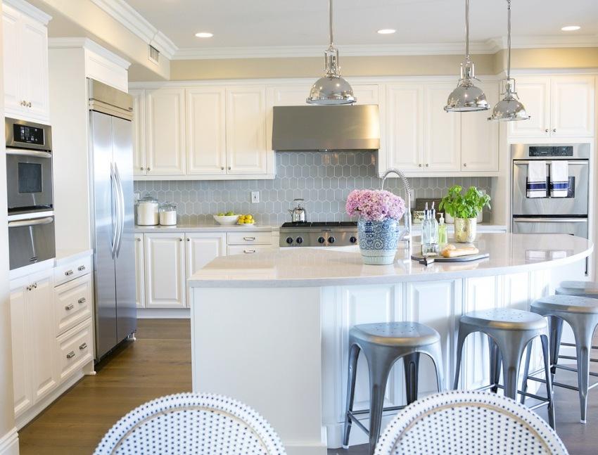 Можно приобретать как готовые компекты кухонной мебели, так и изготавливать шкафы под заказ по индивидуальным размерам