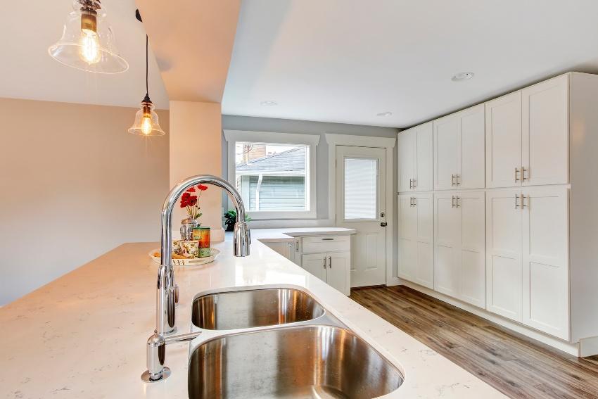Для кухни в минималистском стиле подойдут глухите закрытые шкафы в лаконичном дизайне