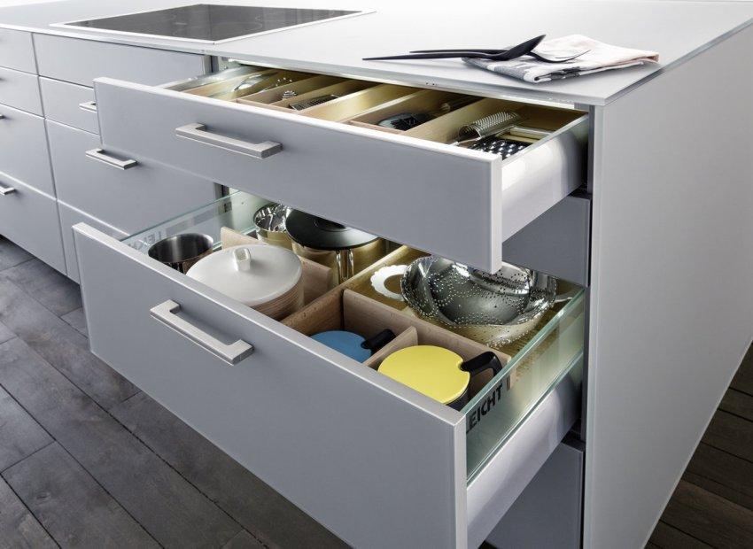В просторных выдвижных шухлядах нижних шкафов очень удобно хранить различную кухонную утварь