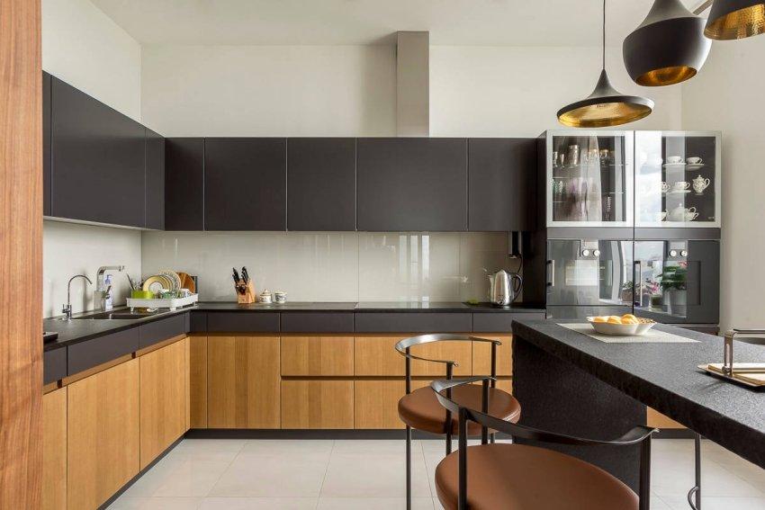 Обычно в нижних тумбах кухонного гарнитура хранят кастрюли и сковороды, а в верхних навесных шкафах - тарелки и чашки