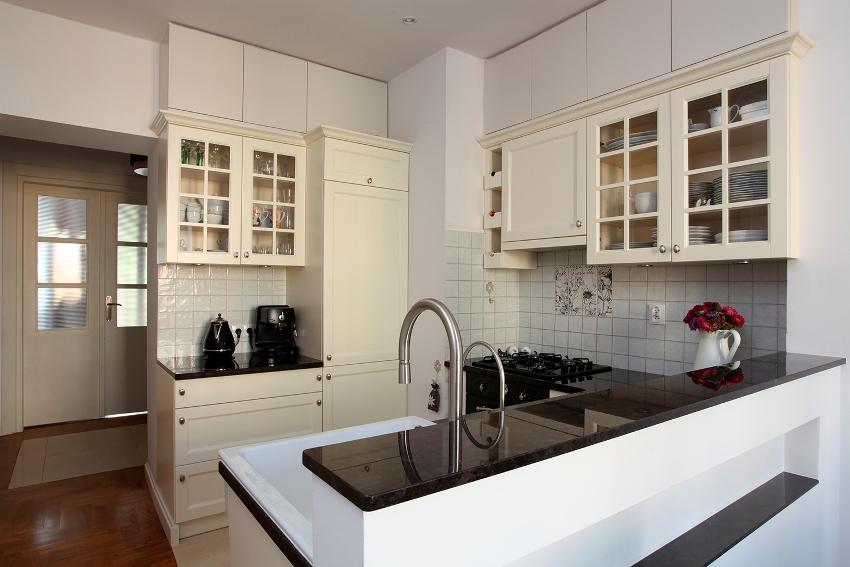 Шкафы с посудой не обязательно должны находиться рядом, они могут располагаться локально в каждой из зон кухонного треугольника