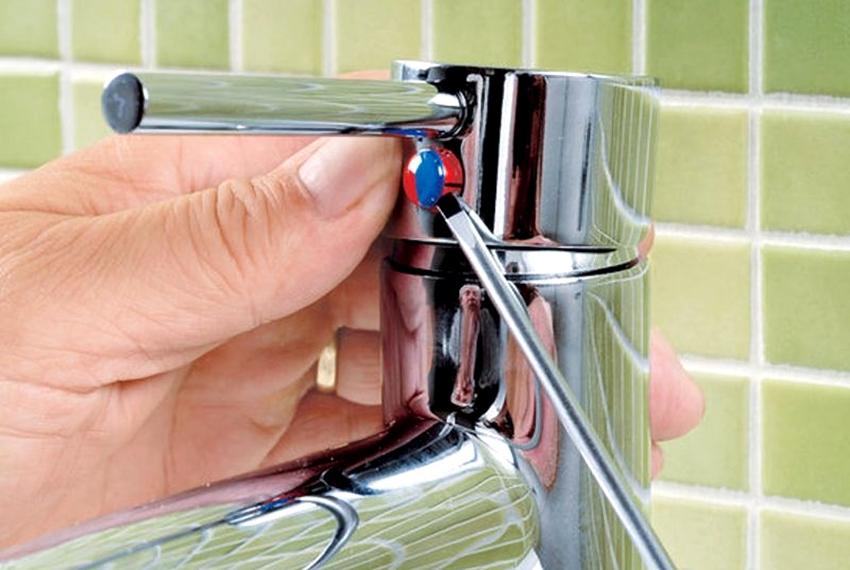На первом этапе с помощью отвертки демонтируется декоративная заглушка, которая просто вставлена в отверстие