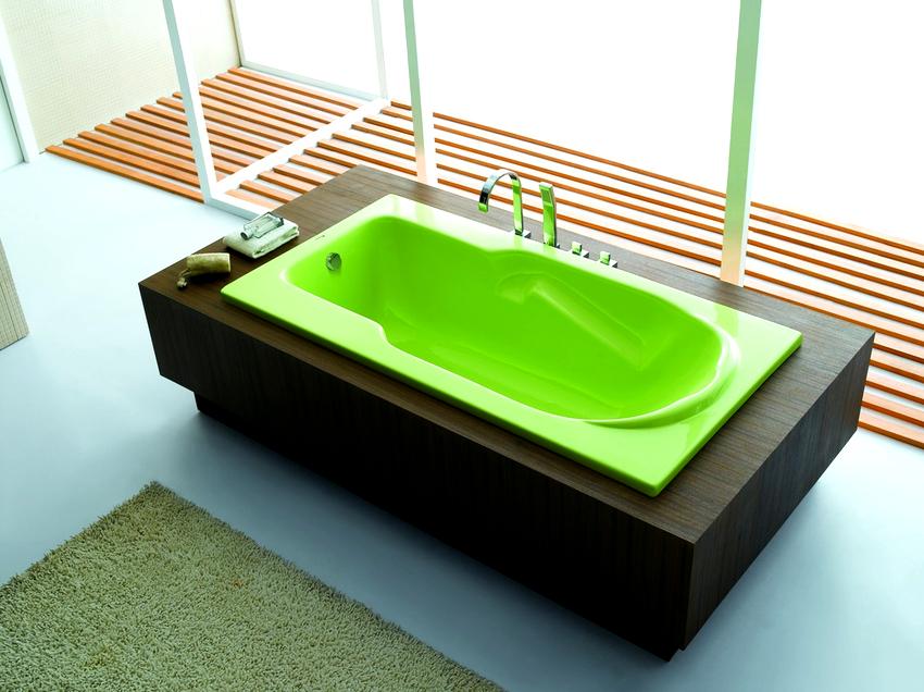 На рынке сантехники присутствуют цветные ванны из таких материалов как акрил, сталь, камень, стекло и дерево