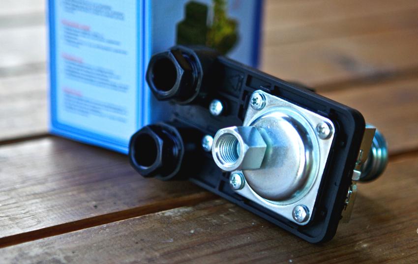 При выборе автоматики для насоса нужно обращать внимание на техническое состояние источника воды, функциональность и цену изделия