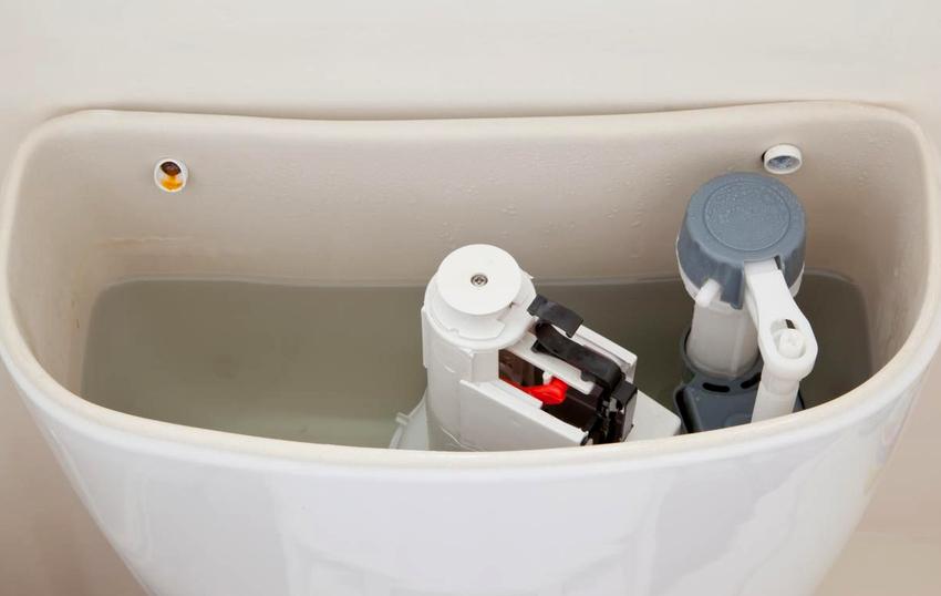 Полая трубка из пластика установленная в вертикальном положении является защитой от переполнения бачка