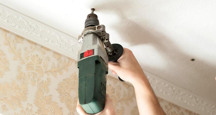 Выровнять стени следует сделать строго перед натяжкой полотна на потолок