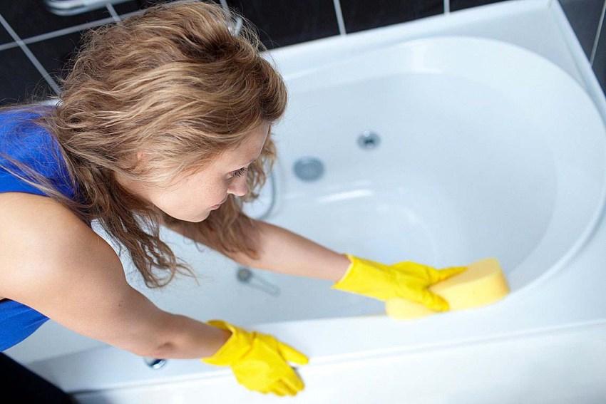 Чистку ванны нужно проводить раз в неделю с применением неагрессивных чистящих средств