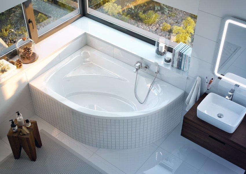 Сидячая ванна может быть как с закругленными очертаниями, так и в форме треугольника (в случае потребности поместить ее в углу)