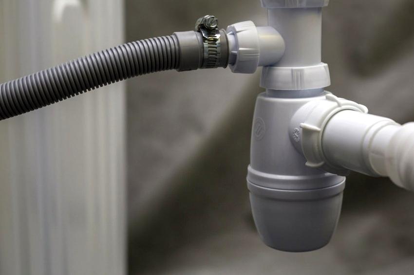 Гидравлический затвор может быть внутри сантехнического устройства, но преимущественно он монтируется отдельно