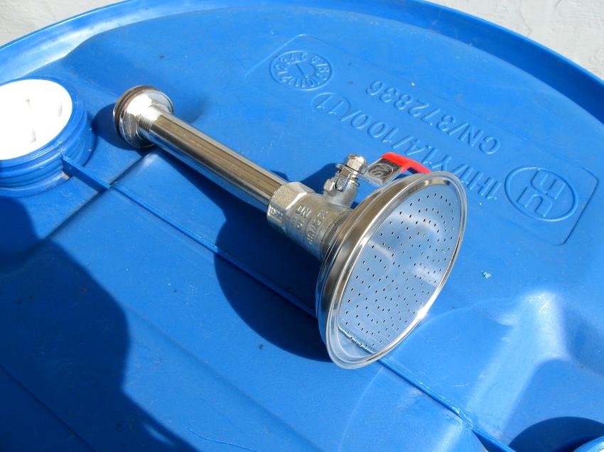 Лейка для летнего душа монтируется в днище емкости, где вода подается в систему под собственным давлением
