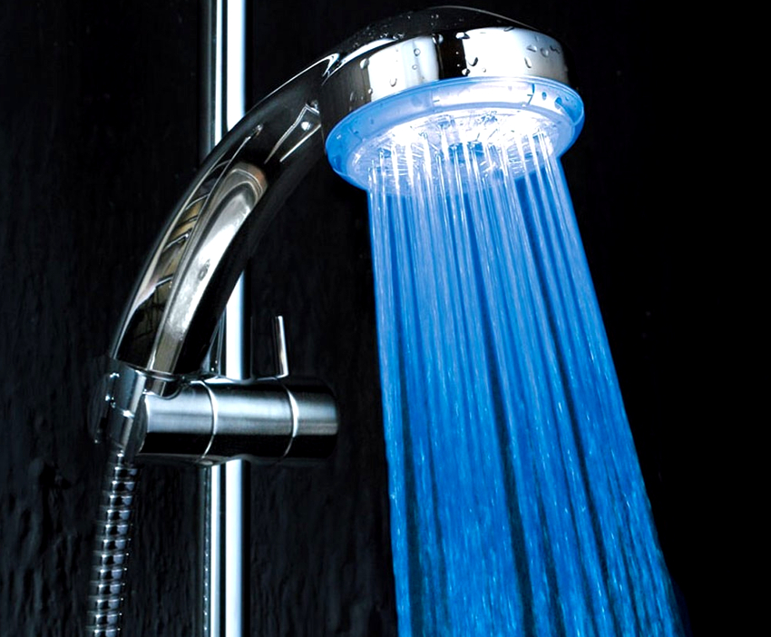 Душ-лейка с подсветкой сделает обстановку в ванной комнате цветной в прямом и переносном смысле