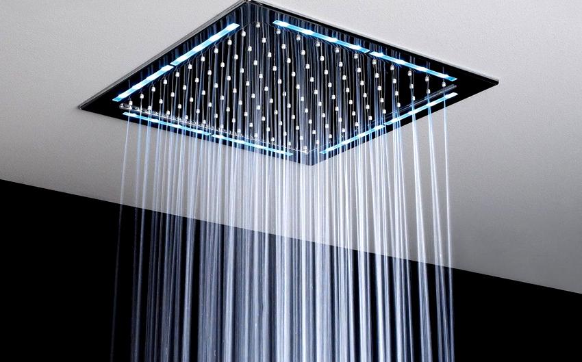 Лейки для душа изготавливаются из таких материалов как металл, пластик, металлопластик, кварцевое стекло и камень