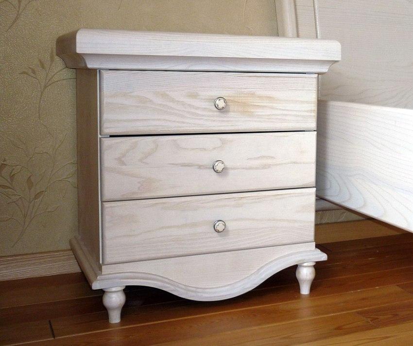 Предметы интерьера, выполненные в белом цвете с помощью морилки, выглядят свежо и очень стильно